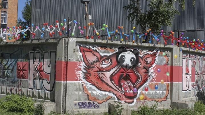 «Посвятили теме свободы слова»: пермский художник Александр Жунев сделал арт-объект в Екатеринбурге