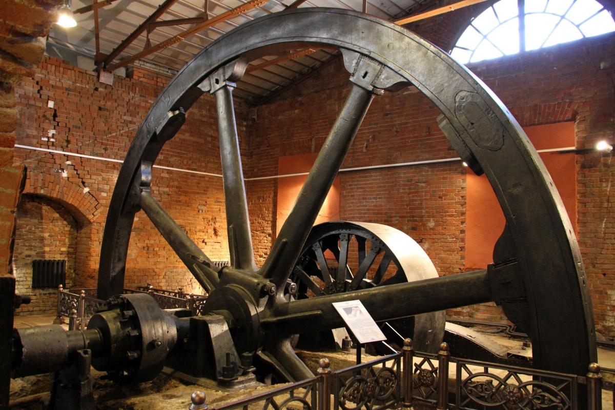 Это огромное водяное колесо когда-то приводило в движение машины, производящие металл