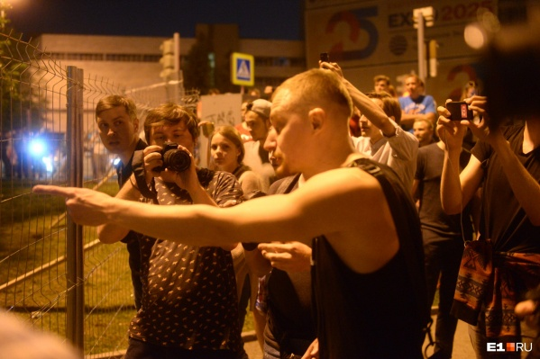 Десятки спортсменов вышли отстаивать стройку, против них — екатеринбуржцы