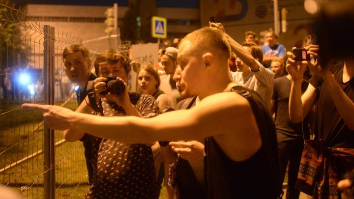 «Кто подойдет — тот упадет»: в центре Екатеринбурга боксеры разгоняют противников постройки храма