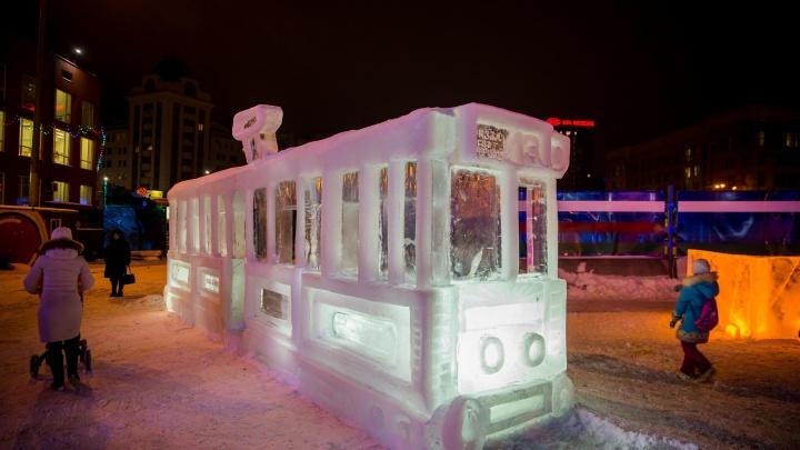 На площади Ленина открылся новогодний городок с ледяным трамваем № 13