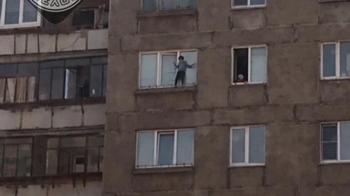«Мать дома, за ребёнком смотреть некогда»: на Южном Урале малыш прогулялся по карнизу седьмого этажа