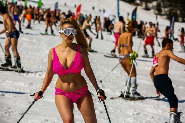 В массовом спуске в купальниках поучаствовали, по подсчётам организаторов, 1,7 тысячи человек — они поставили рекорд