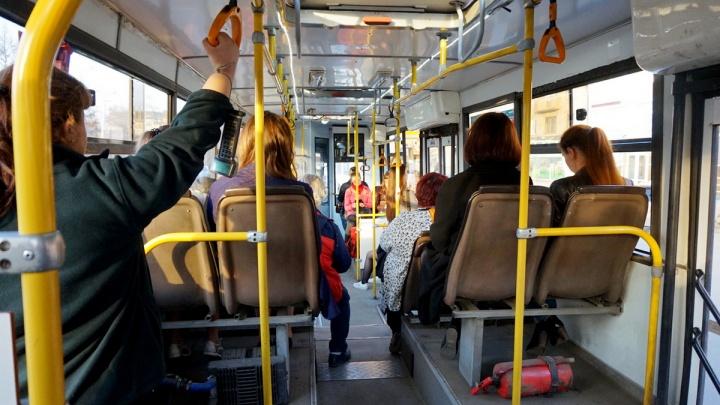 Водитель автобуса № 1 потребовал вынести из салона упавшего с приступом пассажира
