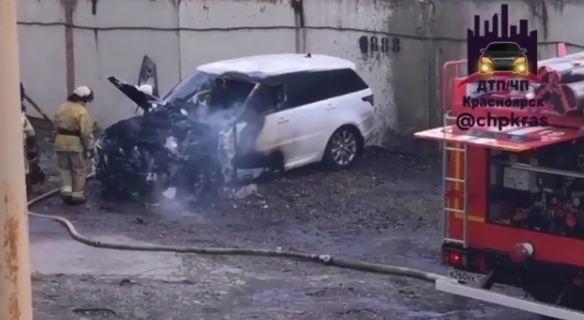 На Дубровинского внезапно вспыхнул и сгорел Range Rover