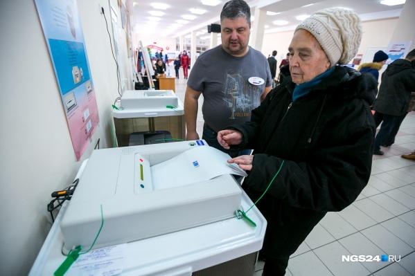 В электронные урны для голосования вбросить бюллетени очень сложно, но в районах таких урн нет