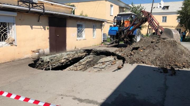 «Уходим под землю»: в посёлке на краю Коркинского разреза провалился асфальт
