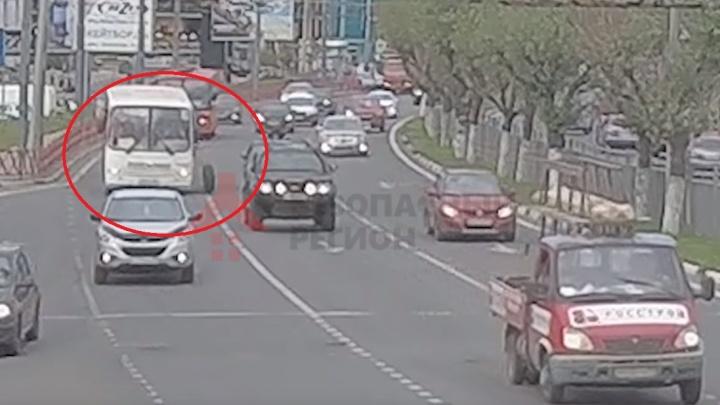 Появилось видео, как у маршрутки в Ярославле на ходу отлетело колесо