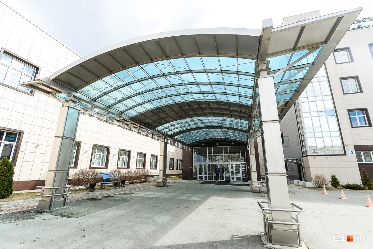 Святой миллиардер, титановый король — так его называли — вложил деньги от проданных акций ВСМПО-АВИСМА и построил в Нижнем Тагиле клинический лечебно-реабилитационный центр, специализирующийся на травматологии и ортопедии