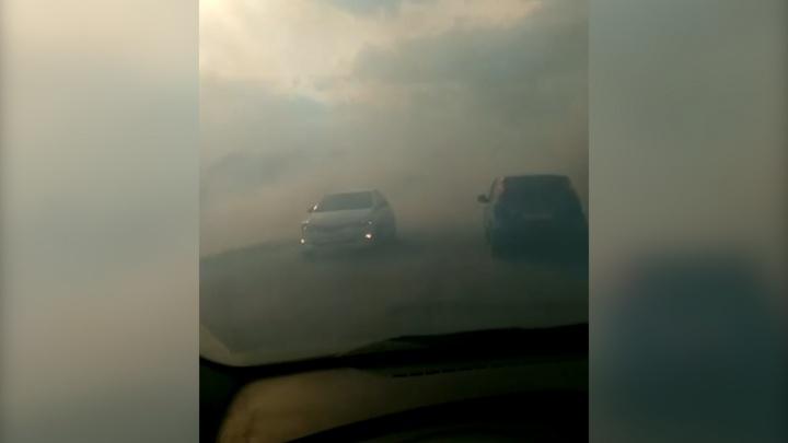 Видимость нулевая: в Челябинске вспыхнул крупный природный пожар, дорогу затянуло дымом
