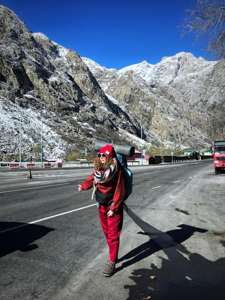 Даша во время автостопа в горах