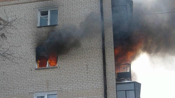 «От газовой плиты прикурил весь подъезд»: жильцов южноуральской пятиэтажки эвакуировали из-за пожара