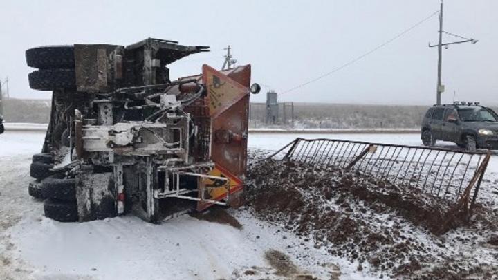 Чистил снег на скорости: на трассе в Самарской области перевернулся КАМАЗ