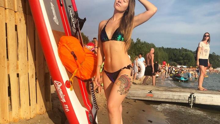 Симпатичные спасатели, загорелые девушки в купальниках и модные музыканты: фото с пляжного фестиваля