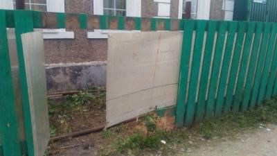 На Уралмаше разбился байкер, врезавшись в забор. Девушка, сидевшая сзади на мотоцикле, погибла