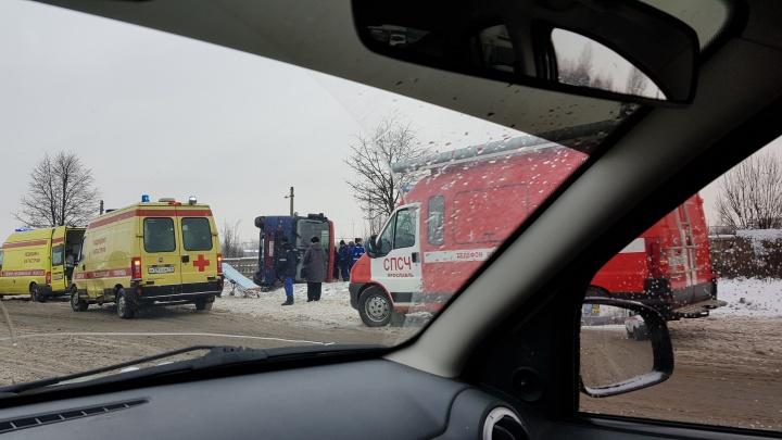 В Ярославле на бок перевернулась маршрутка с людьми: к месту ДТП примчались четыре машины скорой