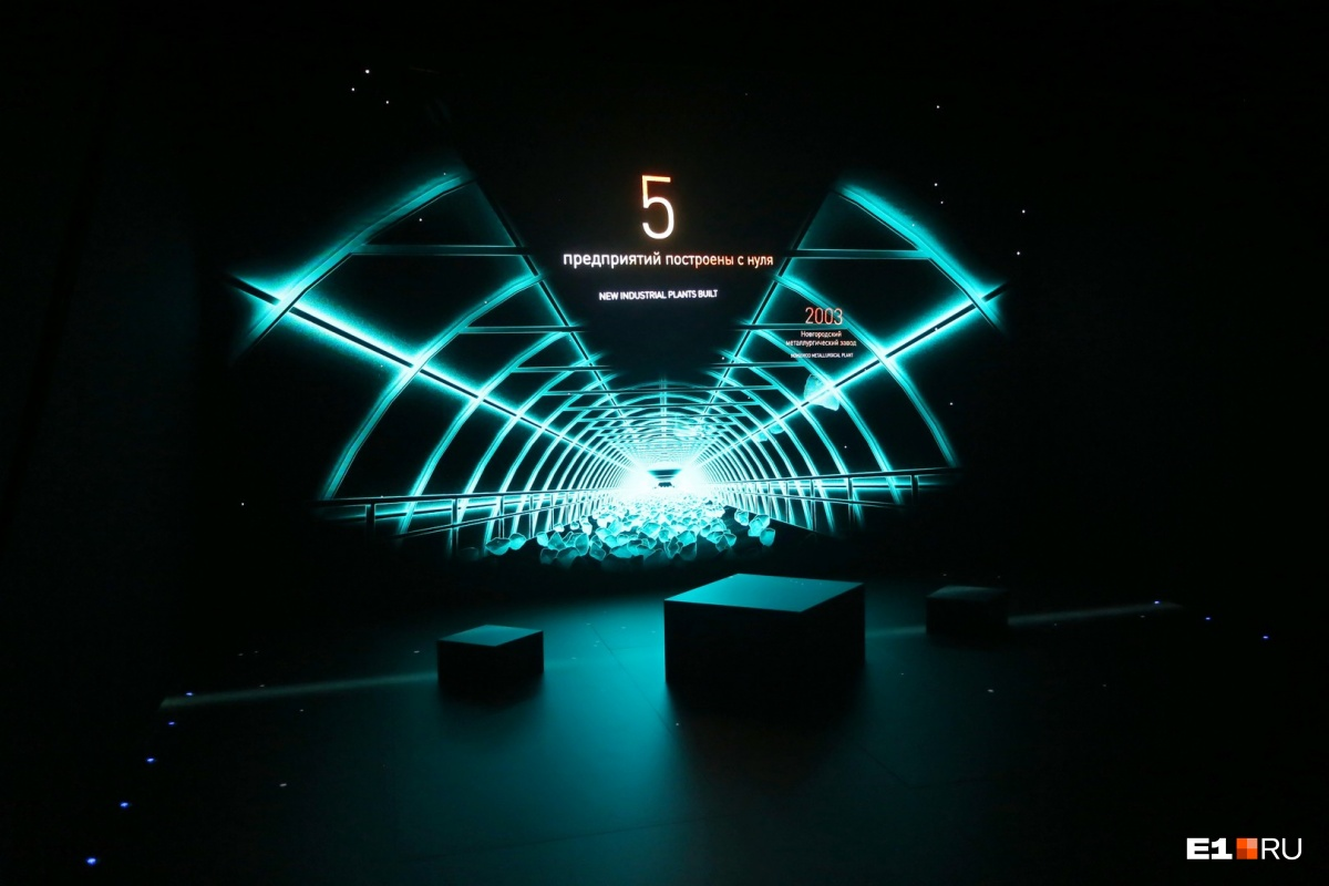 Затем отправляйтесь в голографический театр, который показывает видео в формате 3D. Он находится сразу за входной группой. Самое интересное тут не видео, а технология