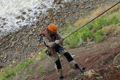 Вожатых детского лагеря снимали со скалы с альпинистским снаряжением