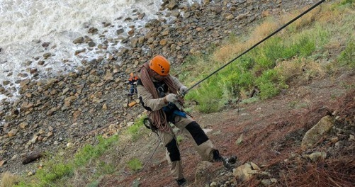 Под Анапой спасатели шесть часов снимали со скалы девушек из Екатеринбурга