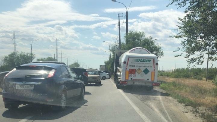 «Перекрыли дорогу, всех разворачивают»: на южной окраине Волгограда под землей лопнула газовая труба