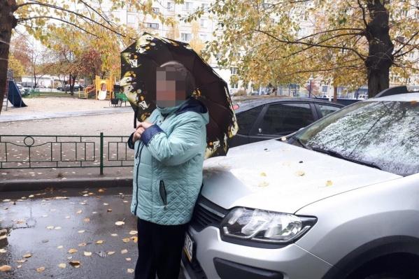 Пожилая женщина три часа простояла у машины неугодной ей соседки. Разбираться в случившемся теперь будут полицейские