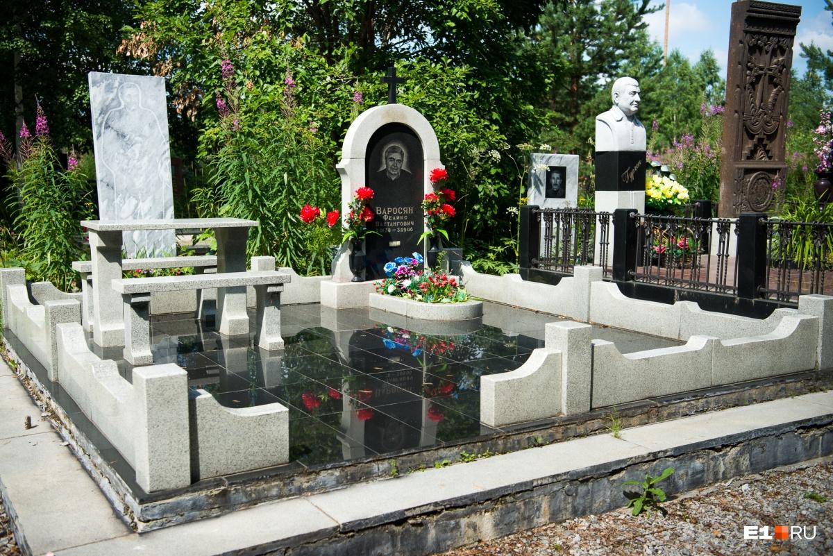 У армянских надгробий часто внушительные заборы