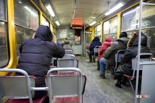 С раннего утра горожане жалуются на выстуженные салоны трамваев. Из всего общественного транспорта Екатеринбурга, пожалуй, именно электрический — самый холодный
