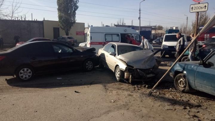 «Двое в больнице»: в Волжском столкнулись сразу пять автомобилей
