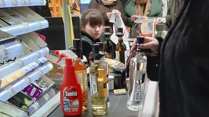 Мамы и пенсионеры с тележками водки: в Архангельске горожане бросились скупать дешёвый алкоголь