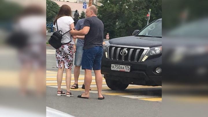 Четыре минуты на переговоры: наезд джипа с красивыми номерами на пешехода попал на видео