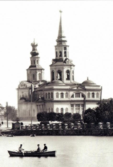 Часы на соборе святой Екатерины. Раньше он стоял на том месте, которое сейчас называется площадью Труда, а  теперь его собираются строить возле драмтеатра