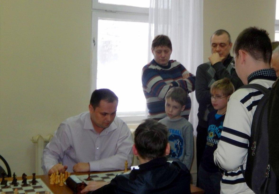 Семен давно работает тренером по шахматам, а вот играть в покер учит только друзей