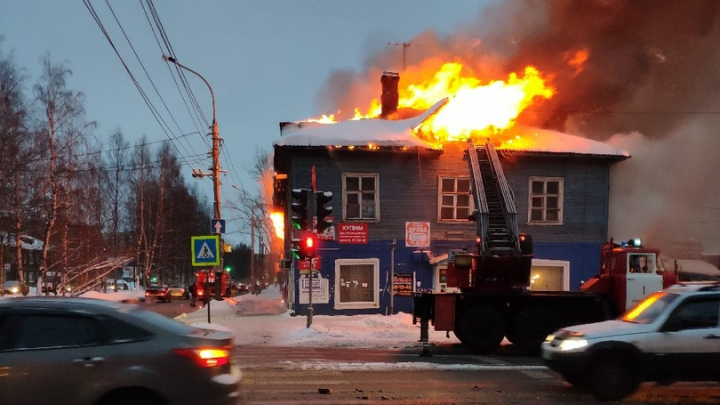 В Архангельске загорелся деревянный расселённый дом, известный как магазин «девяностик»