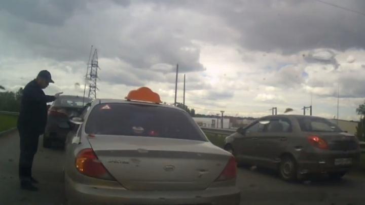 В Уфе на дороге сцепились водители