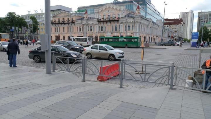 «Вечный» пешеходный переход у «Пассажа» окончательно закрыли, перегородив его забором