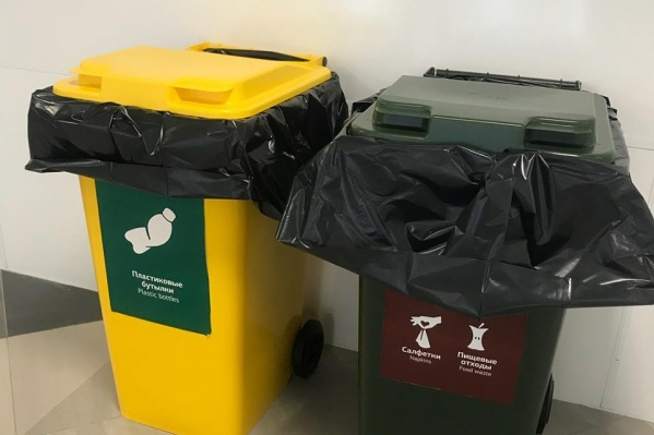 Те самые баки для отходов: предлагается скидывать еду вместе с тарелками и пакетиками