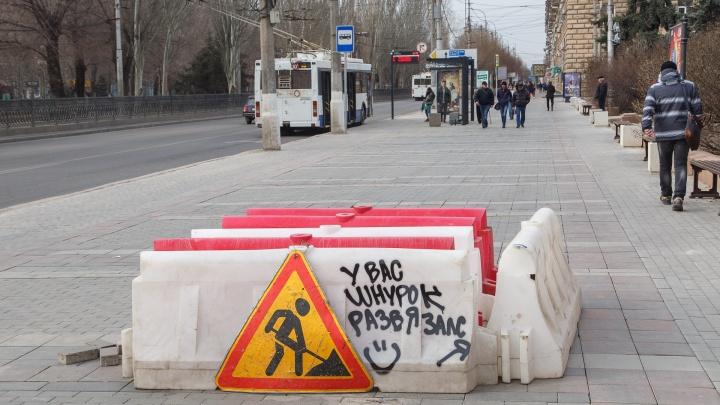 «Коммуникация или погода»: в Волгограде ищут причину провала, засосавшего машину-«пылесос»