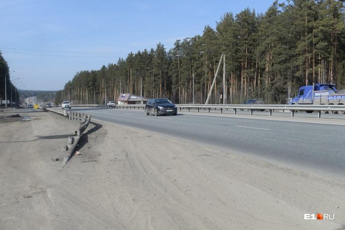 Дорожники запретили ездить большегрузам, чтобы в сильную жару машины не повредили асфальт