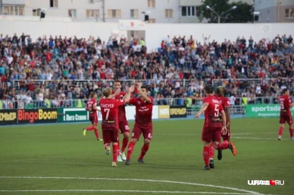Игроки ФК «Уфа» во время поединка с «Рейнджерс»
