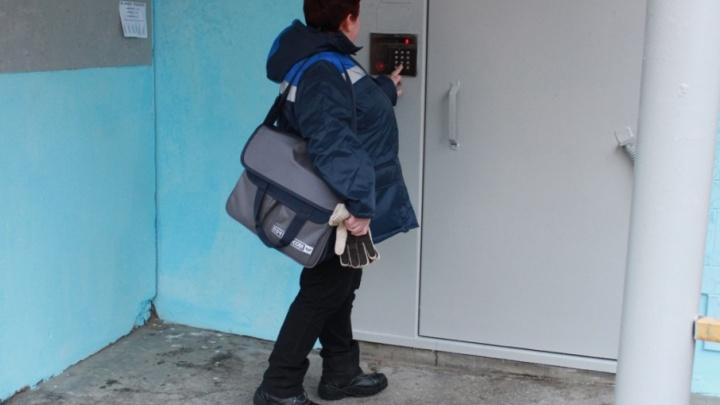 Брызнули из баллончика: в подъезде дома в Челябинске у почтальона отобрали 300 тысяч