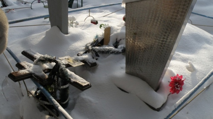 Повредили 41 памятник: семиклассники разгромили кладбище под Нижним Тагилом