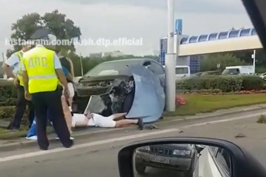 Водителя уложили на газон и сковали запястья наручниками. По словам очевидца, он вел себя буйно, и его пришлось успокаивать