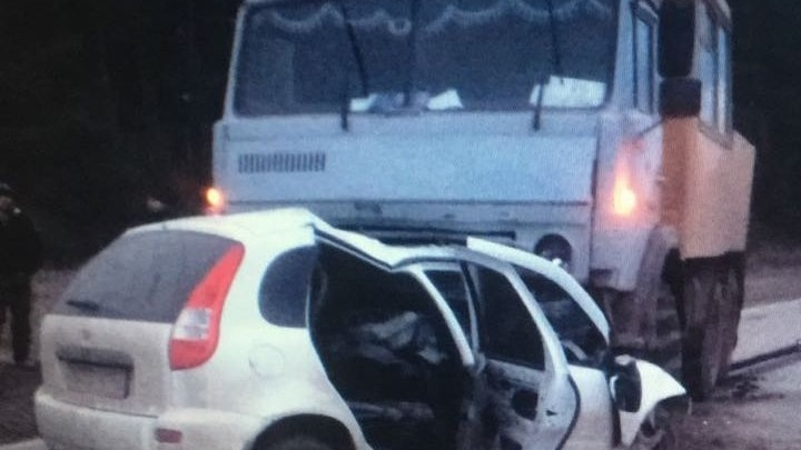 На трассе в Башкирии легковушка залетела под КАМАЗ: погибли двое