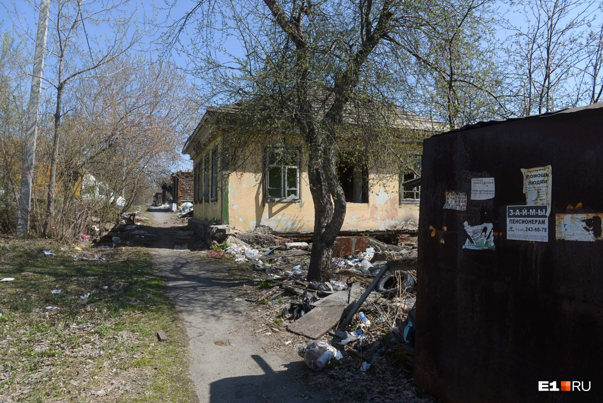 Возле пустых домов не только строительный мусор