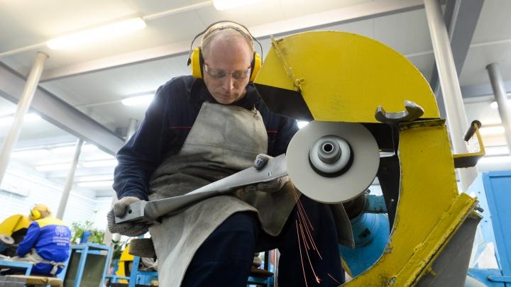 «У нас творческая и стабильная работа»: экскурсия по заводу, на котором люди готовы трудиться годами
