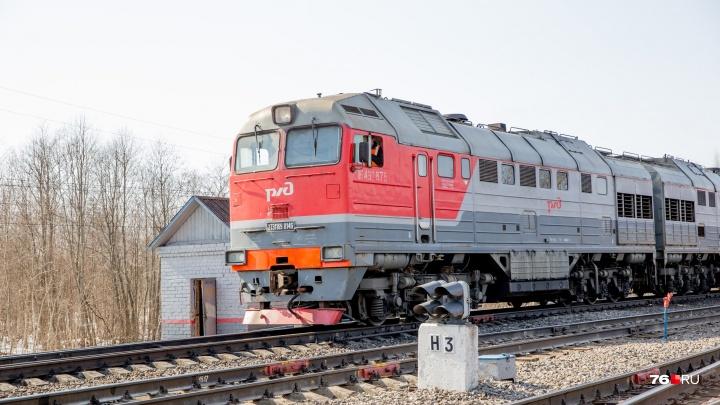 В Ярославле на железнодорожном переезде тепловоз столкнулся с легковушкой