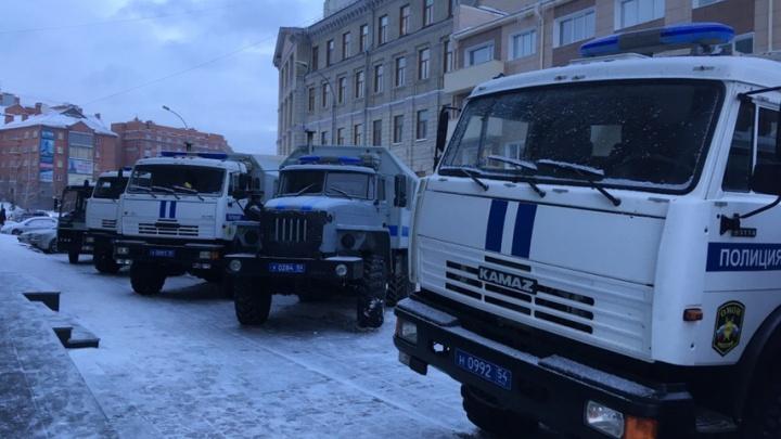 К ДК Октябрьской революции съехались машины ОМОНа и полиции