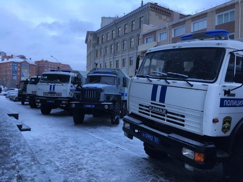 Машины съехались к зданию около 16:45