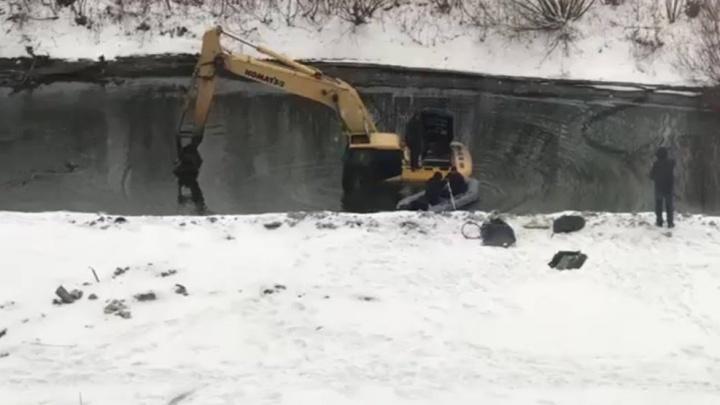 Экскаваторщика, чистившего реку, эвакуировали из Исети на резиновой лодке