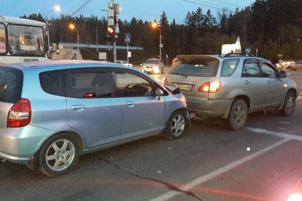 «Тойота» остановилась на красный сигнал светофора и получила удар сзади